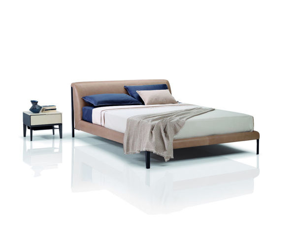 Picture of Natuzzi Italia Diamante king bed in dark anthracite leather.